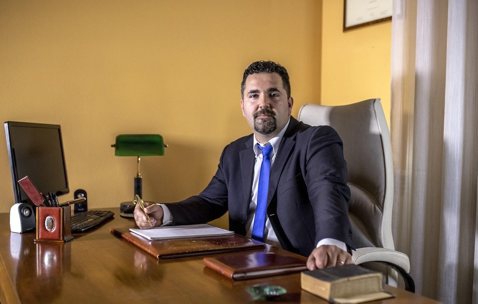 """L'avvocato Francesco Longhi nel suo studio legale """"Longhi-Zampieri"""""""
