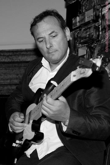 Ennio Righetti è docente di chitarra acustica jazz presso la sede School of Art® di Verona