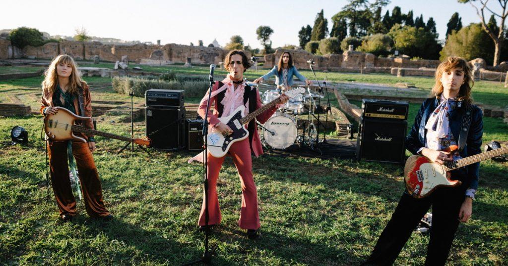 """I Måneskin durante le riprese del video di """"Vent'anni"""" girato ai Fori Imperiali a Roma."""